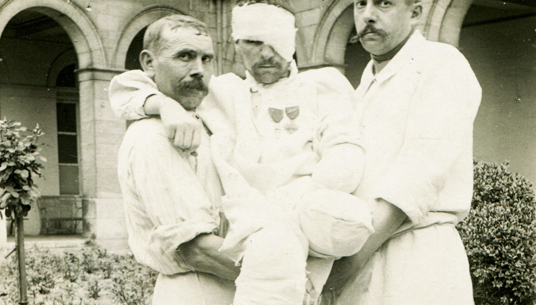 Hôpital Mixte : Auguste Delangaigne/Grand mutilé/Remise décoration de la médaille militaire 1917