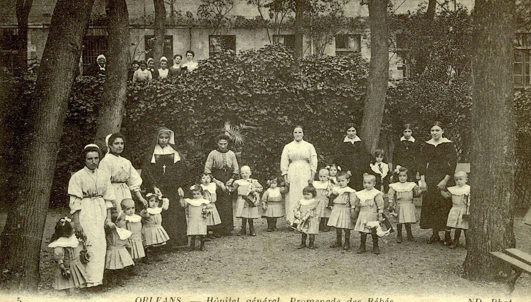 Hôpital Général : Promenade des bébés/cour située à l'avant de la façade principale au sud