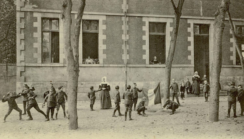 Hôpital Général : Cour de récréation près de la Pension Roux/Construit en 1891