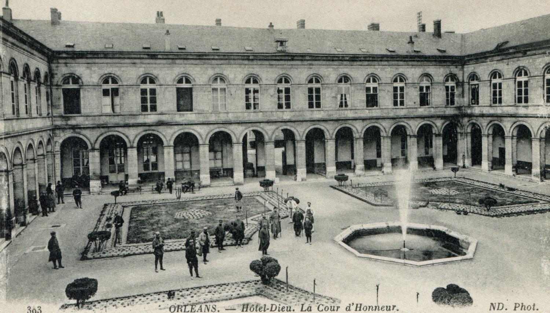 Hôtel-Dieu : La cour d'honneur et son jardin caractéristique, dit à la française