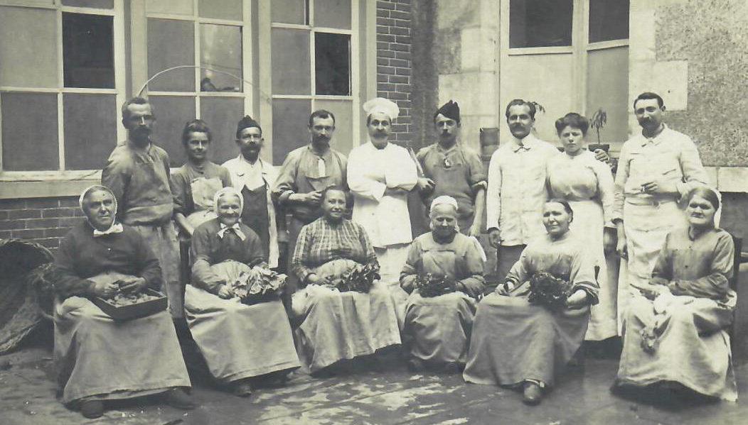 Hôtel-Dieu : Carte photo rare/L'équipe des cuisines autour du chef