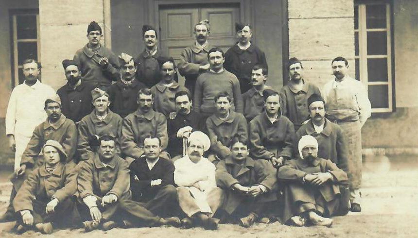 Hôpital Mixte : Carte photo rare/Groupe de soldats dans la cour d'honneur