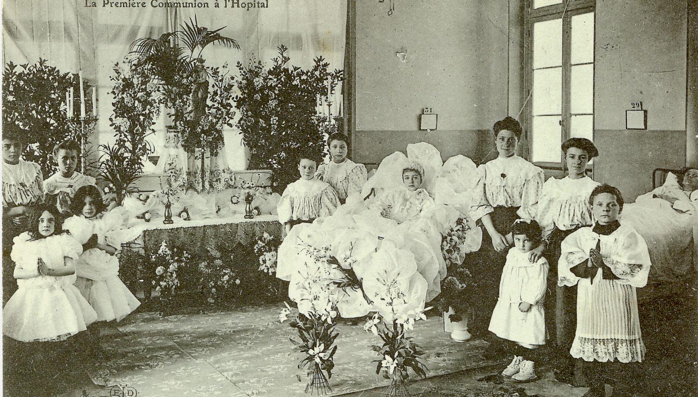 Première communion des enfants, célébrée dans une salle de malades