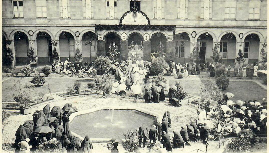 Hôtel-Dieu : Le reposoir en 1904. Pour en savoir plus, cliquez sur la photo.